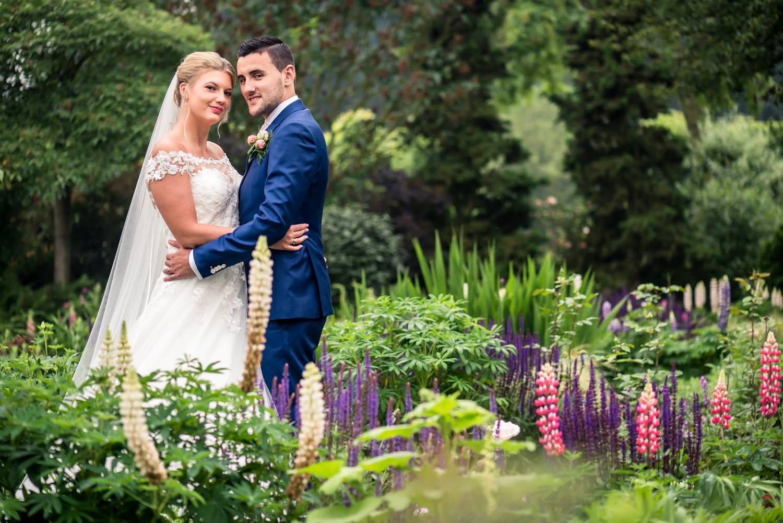 Fotografie van bruidsfoto in het park tijdens hun huwelijk