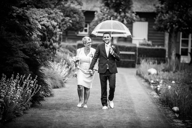 bruidegom met zijn moeder bij start van de ceremonie bij tielens