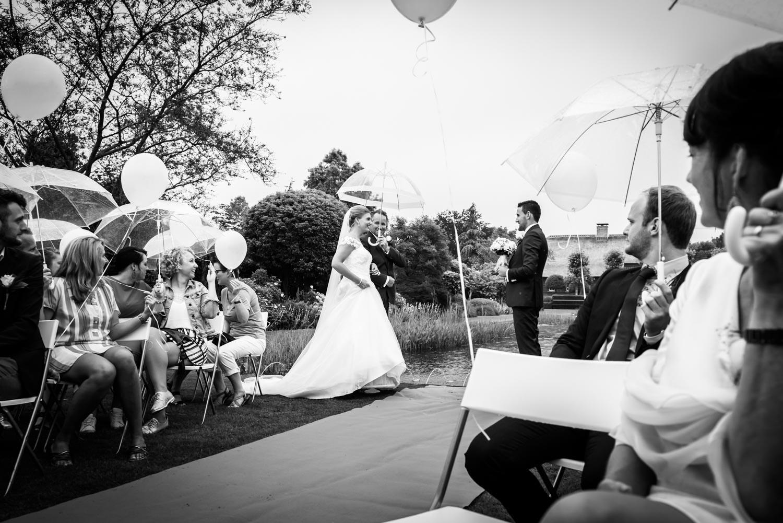 ontmoeting van het bruidspaar aan het begin van de ceremonie in