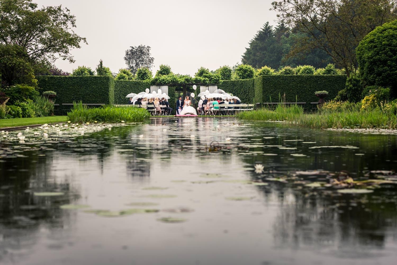bruidsfotografie in de regen een overzicht van de ceremonie met