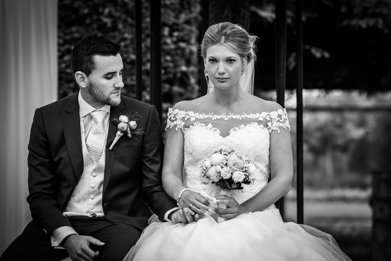 tijdens de ceremonie zie je tranen bij de bruid in zwart wit uit