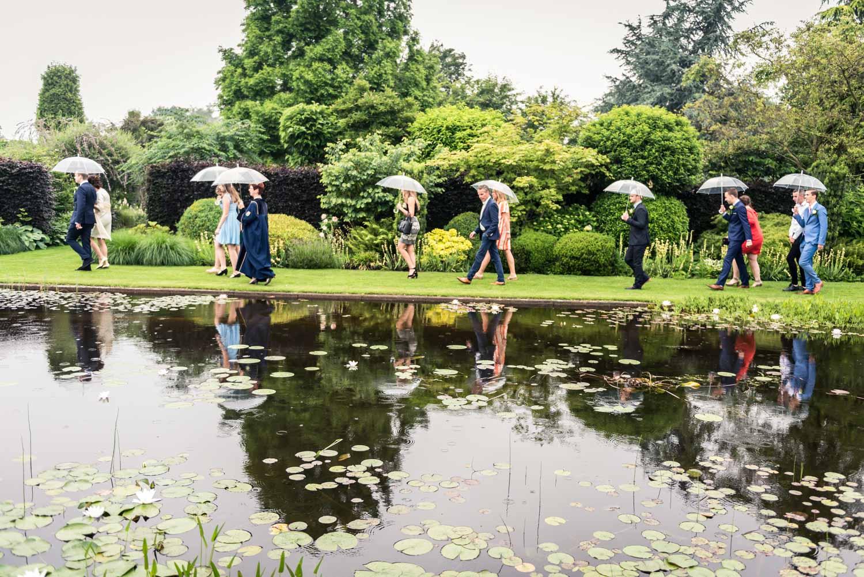 Regen tijdens de bruiloft in Brabant gasten hebben een paraplu