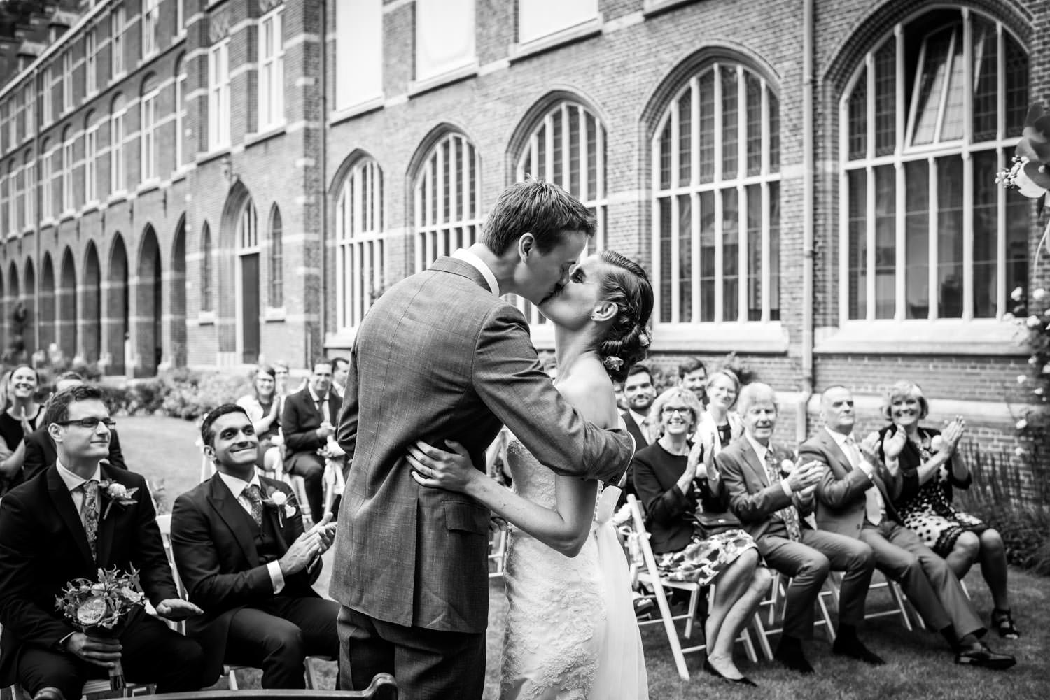 the kiss during a wedding at Bovendonk outside in de garden