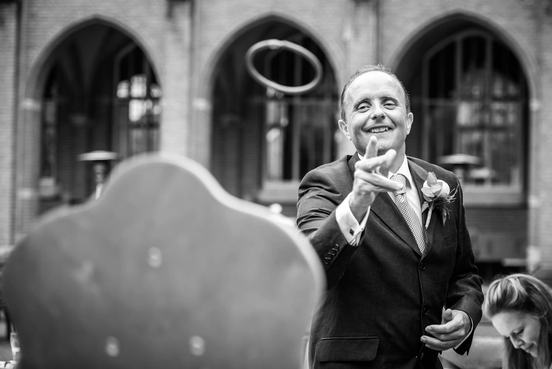 de gasten doen oud hollandse spelletjes tijdens hun huwelijk