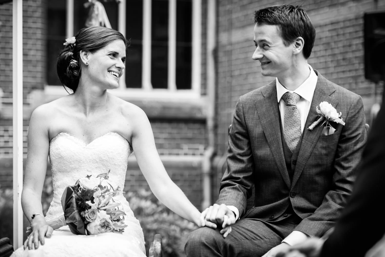 Zie de liefde van het bruidspaar tijdens het trouwen door cfoto