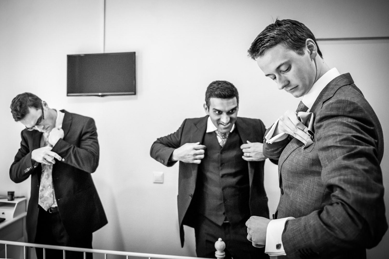 bruidsfotograaf cfofo is bij het aankleden van de mannen.