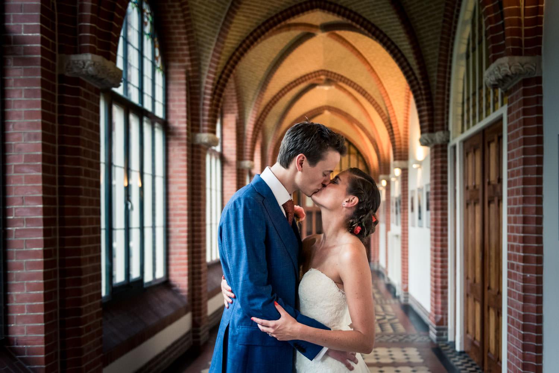 trouwen in mooi licht en met een kus van het bruidspaar