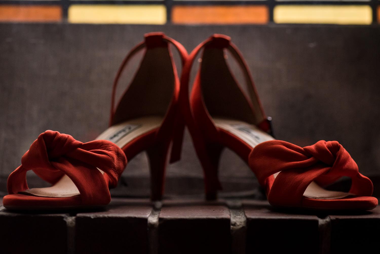 bruidsfotografie mooi de schoenen met kleur en stijl