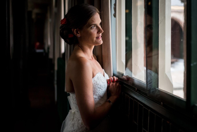 de bruid is een beetje nerveus terwijl ze wacht voor de ceremoni