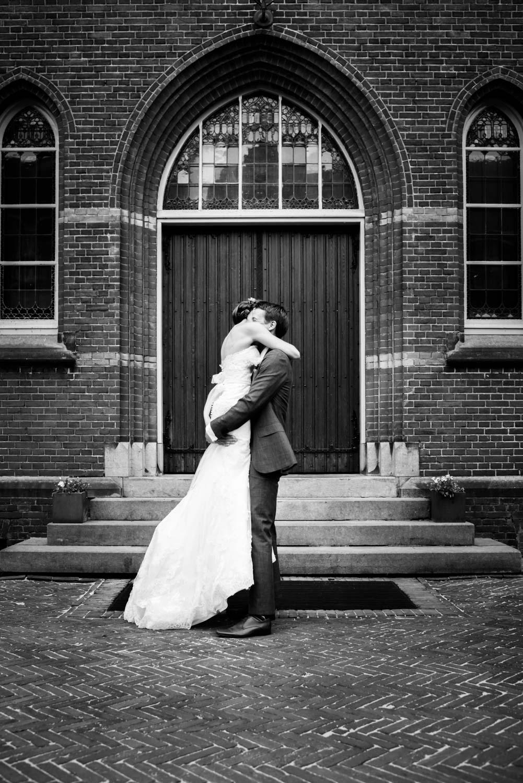 omhelzing van het bruidspaar tijdens de huwelijksfotografie