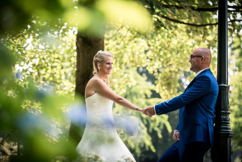 portret van het bruidspaar in de tuin van bouvigne, ze trouwen o