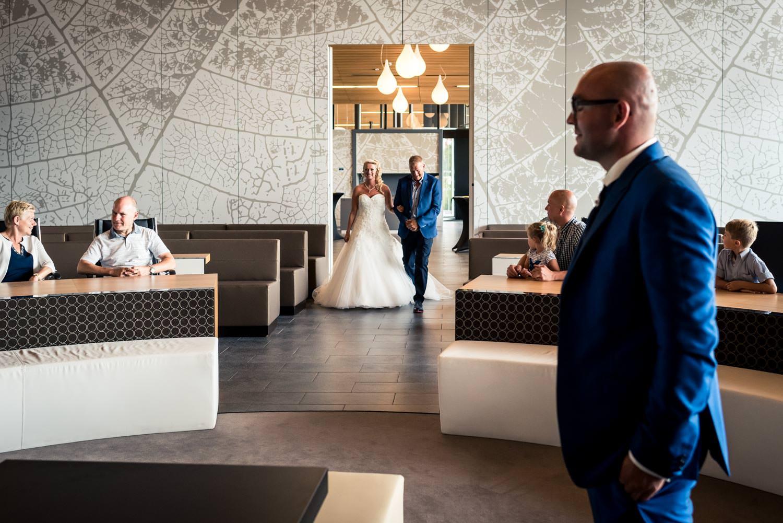 bruidsfotografie op het stadhuis van Rucphen, bij de aanvang van