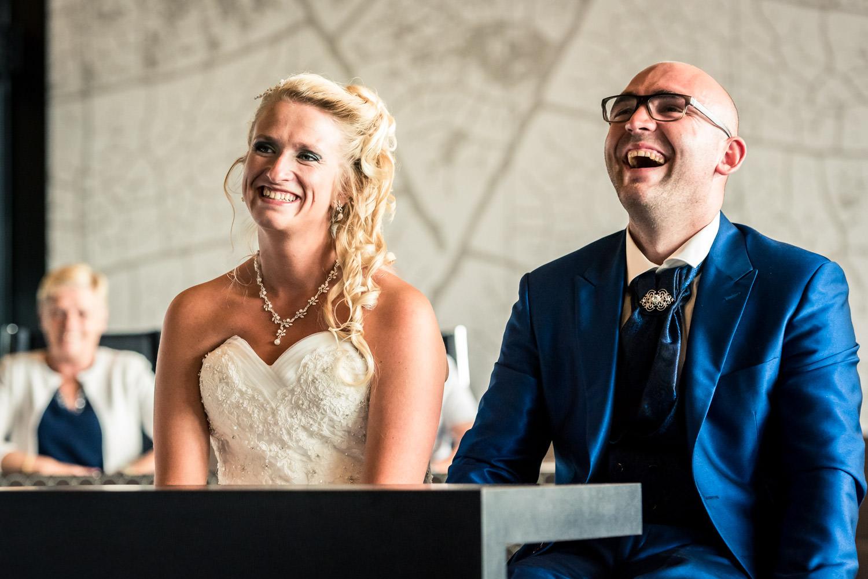 het bruidspaar heeft lol tijdens de ceremonie in Rucphen op het