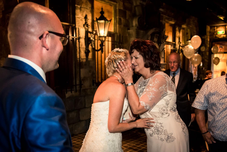 emoties bij de moeder en de bruid, de bruidegom kijkt toe.