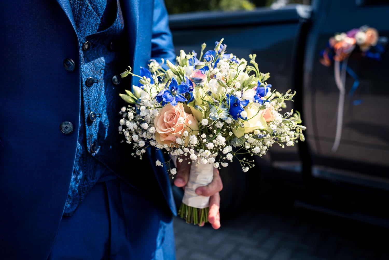 een bruidsboeket met blauwe bloemen, past perfect bij het blauwe