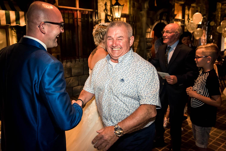 plezier bij het feliciteren van het bruidspaar