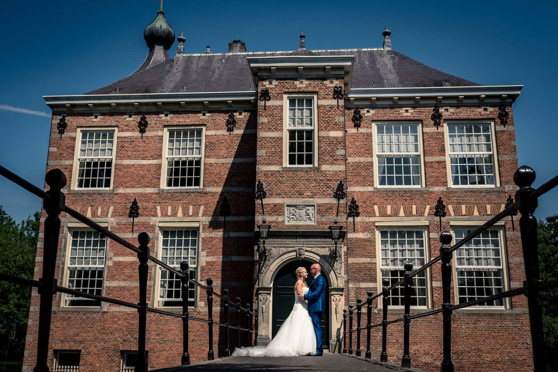 trouwfotografie breda op een zonnige dag, foto gemaakt aan de voorkant van kasteel Bouvigne