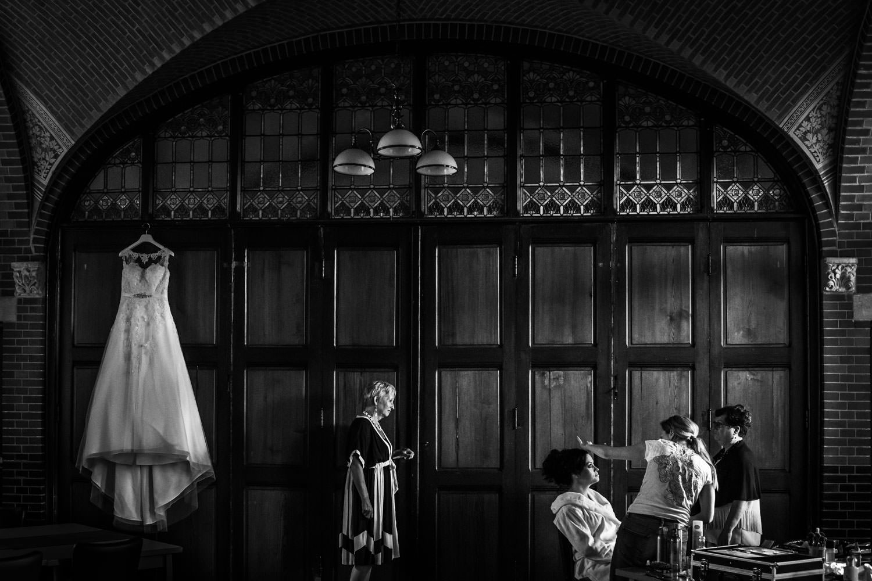 Cfoto-bruidsfotograaf-aankleden.jpg