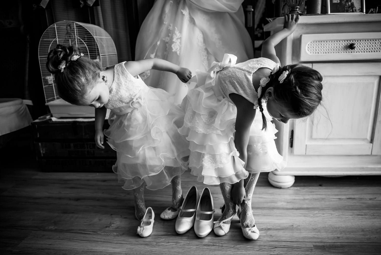 Hier zie je twee bruidsmeisjes, tijdens de getting ready, sponta
