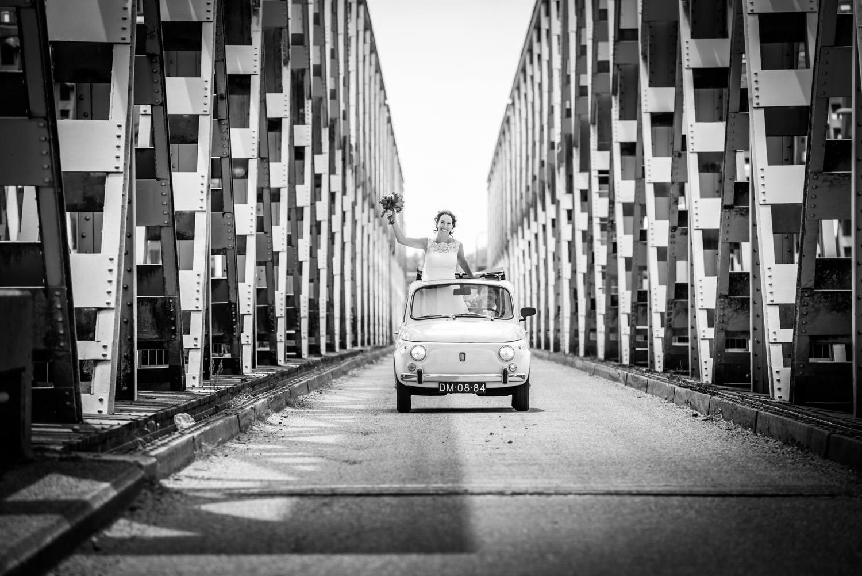 bruidsfotografie op de brug bij keizersveer, bruid rijdt in Fiat