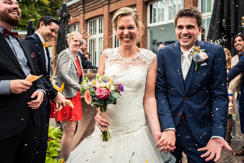 bloemblaadjes-gooien-mattemburg-bruidsfotografie.jpg