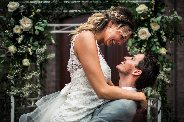trouwfotografie-liefde-bruid-optillen.jpg