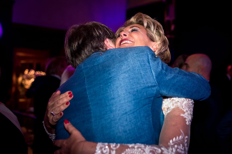 omhelzing-bruid-cfoto-trouwen.jpg