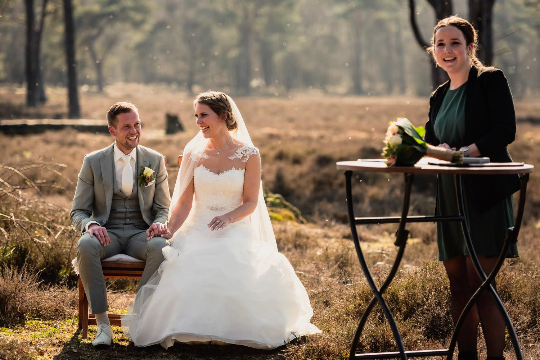 ceremonie-bruidspaar-natuur-trouwambtenaar.jpg