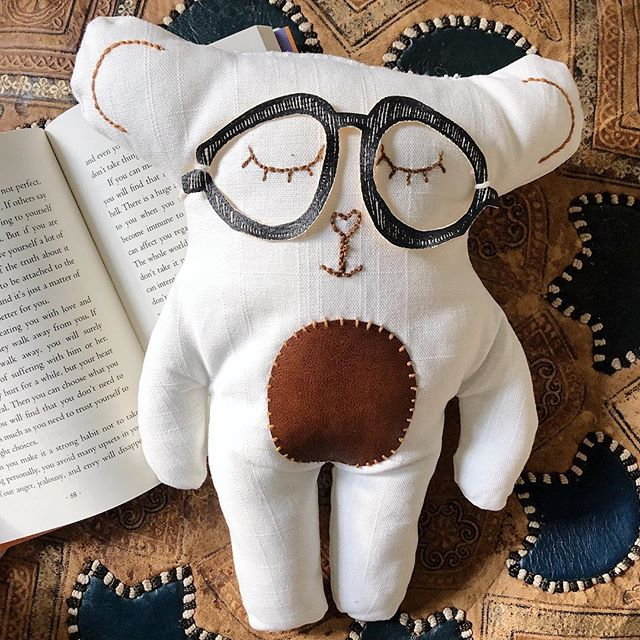 The sleepy professor bear just got a new pair of glasses and is looking for someone to read him a bedtime story. 🐻 📖 👓 👆🏼in the shop - - - #makersworkshop #createmakeshare #colorstory #handmadechristmas #wearethemakers #handmaderevolution #upcycledhandmade #handmadewithlove #handsewn