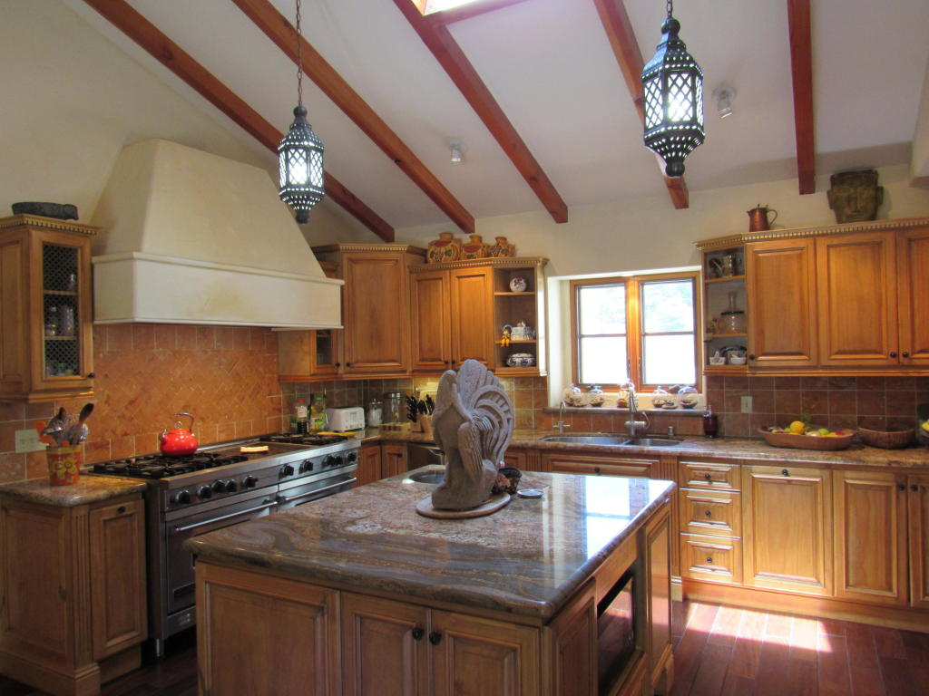 161_El_Sueno_Road_kitchen.jpg