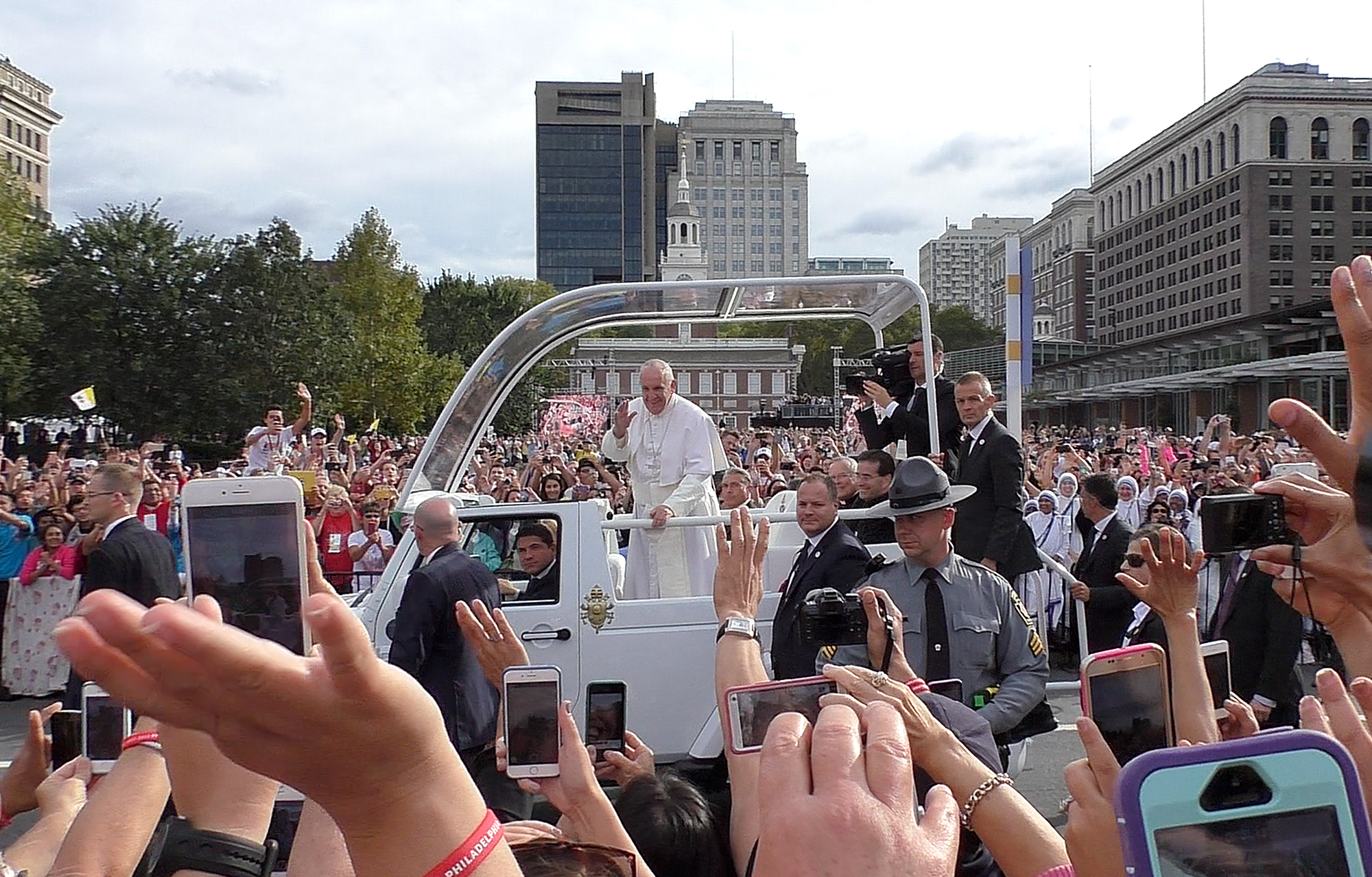 Pope Francis makes his way down Market Street before speaking at Independence Hall on September 26, 2015.
