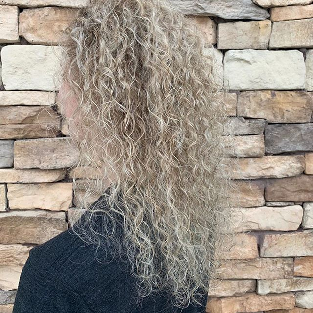 Embrace your natural curls. @krissiwiththegoodhair gave these beautiful curls a fresh highlight and toner. 💛 #curlyhair #aristahairsolutions #kchair #leawoodsalon #kchairsalon