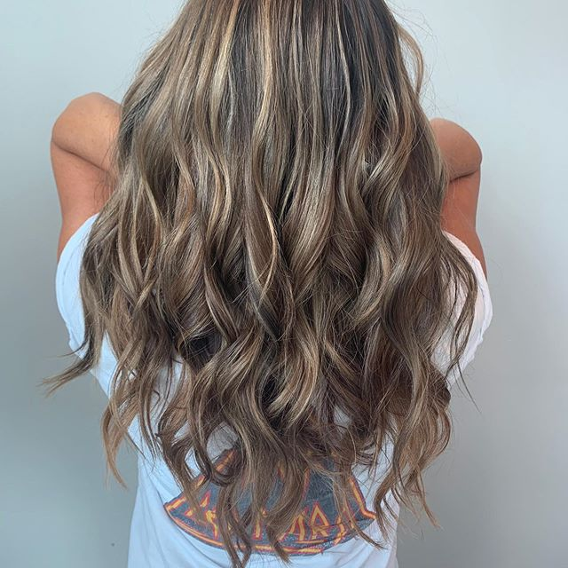 Summer isn't over, yet! ☀️ Teasy-lights give a natural sun kissed look. Plus, Alexis added one pack of tape-in extensions for an extra inch of length at the ends and volume! 💫 #kchairstylist #kchair #leawoodsalon #kchairextensions