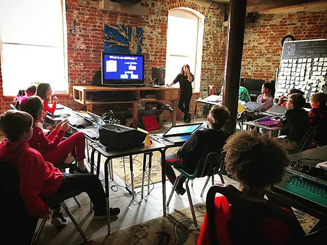 Learning HTML & CSS @voiceintegrativeschool with a fabulous group of grade 5 kids and our tech teacher @shecodesthings 💻🖱️ . . We're fully set up with 20 laptops 😯 in the library and learning all about html attributes using images 👩‍💻👨‍💻 Getting that #harrypotter #hogwarts feel with all the exposed brick! Lovely ❤️ . . Are you interested in bringing technology classes to your school? 😊 Click the link our bio and get in touch🖱️🖱️