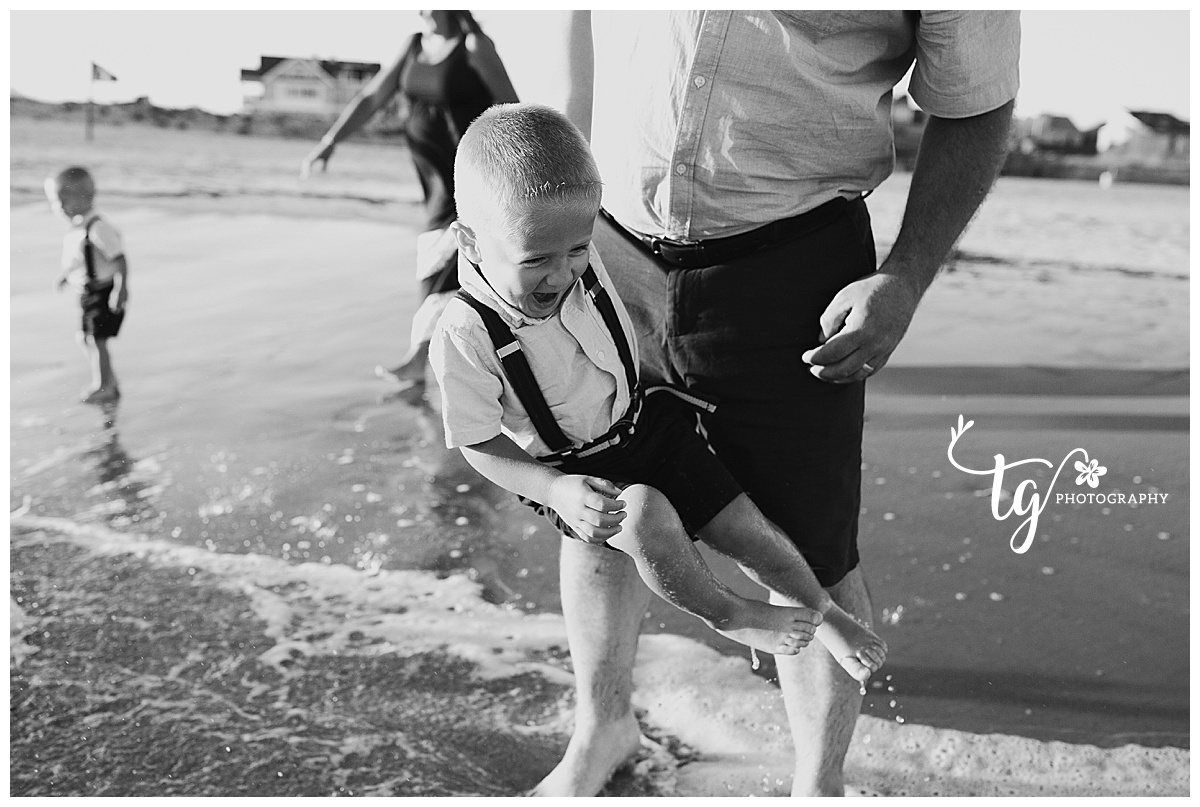 candid and natural beach family photos