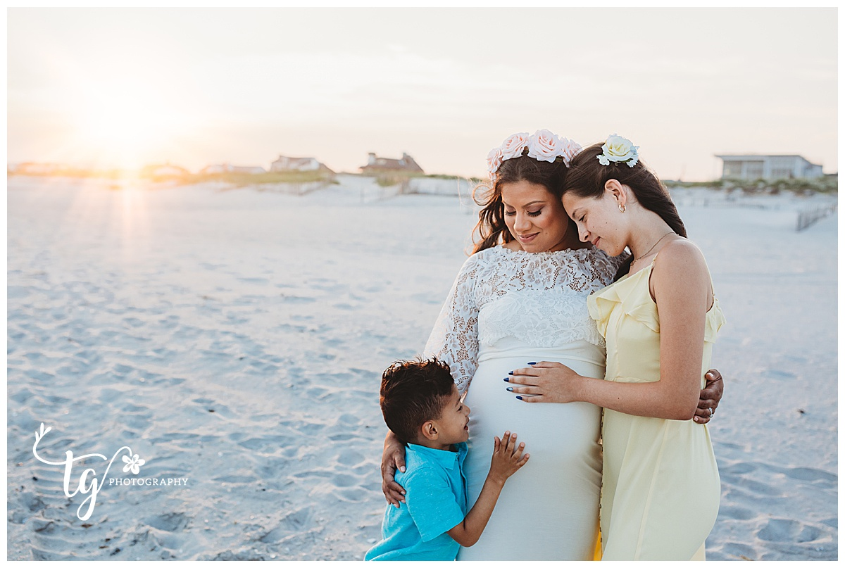 natural and relaxed family maternity session at the beach