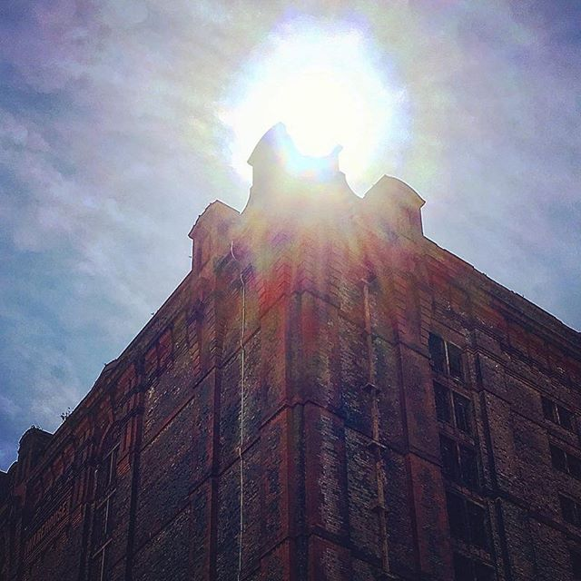 #sun #sky #clouds #liverpool #tobacco #warehouse #tobaccowarehouse #worldsbiggestbrickwarehouse Repost Posted • @nathamkirkham