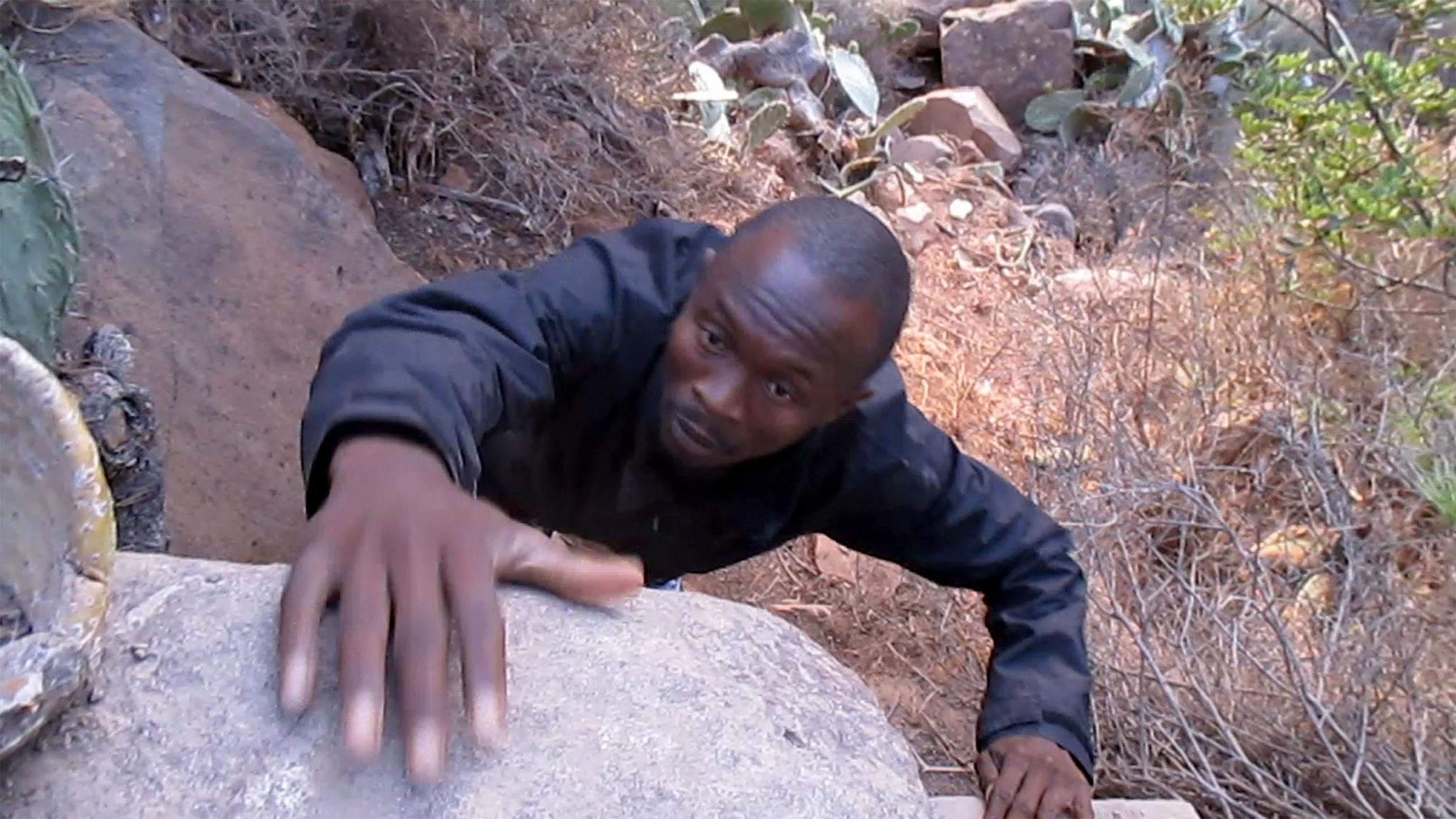 2_Abou Sidibé climbs_LES SAUTEURS.jpg