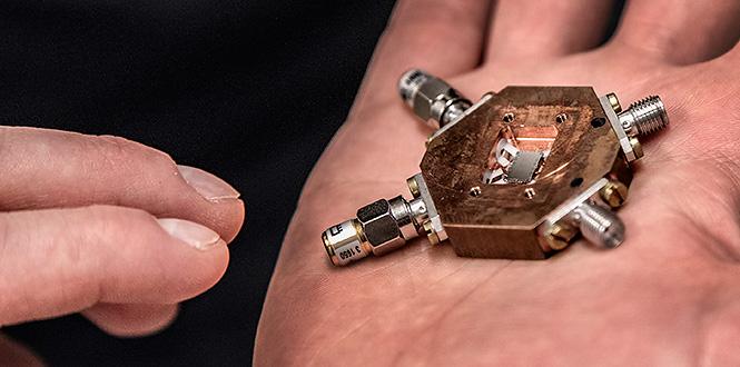 En så kallad qubit (quantum bit) som genom att kylas ner till nästan den absoluta nollpunkten uppnår supraledning och superposition som kan användas för fler beräkningar än i en vanlig dator . Bild från:  Chalmers