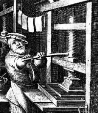 Un homme utilisant la presse de Guthenberg avec une bonne humeur probablement due à la presse de ses cousins vignerons.