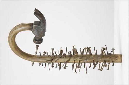 Comme disait l'autre, quand on a un marteau, on considère tous ses problèmes comme des clous. (oeuvre de  Seyo Cizmic )