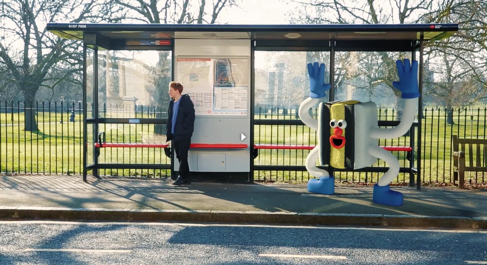 Un extraverti en train d'embêter un introverti à un arrêt de bus. (https://www.youtube.com/watch?v=Bk-6VWZoR6s)