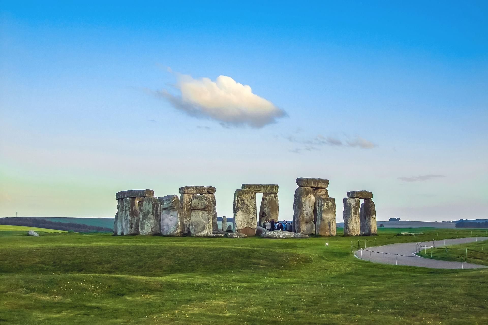 stonehenge-1145625_1920.jpg