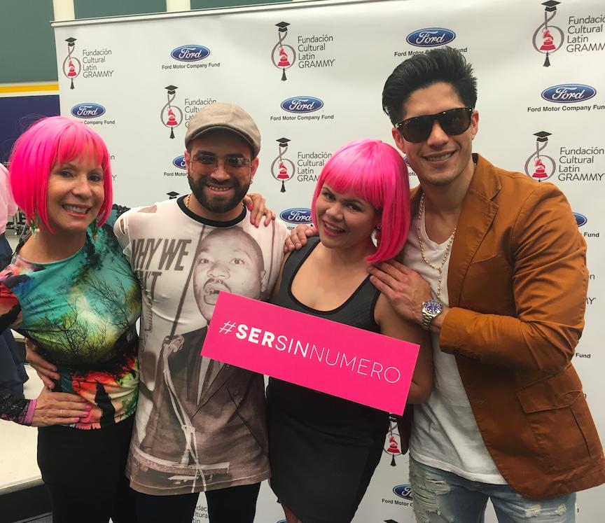 Lynn Ponder and one of her Pink Girls with Venezuelan duo Chino & Nacho supporting #SerSinNumero #BeNumberless movement