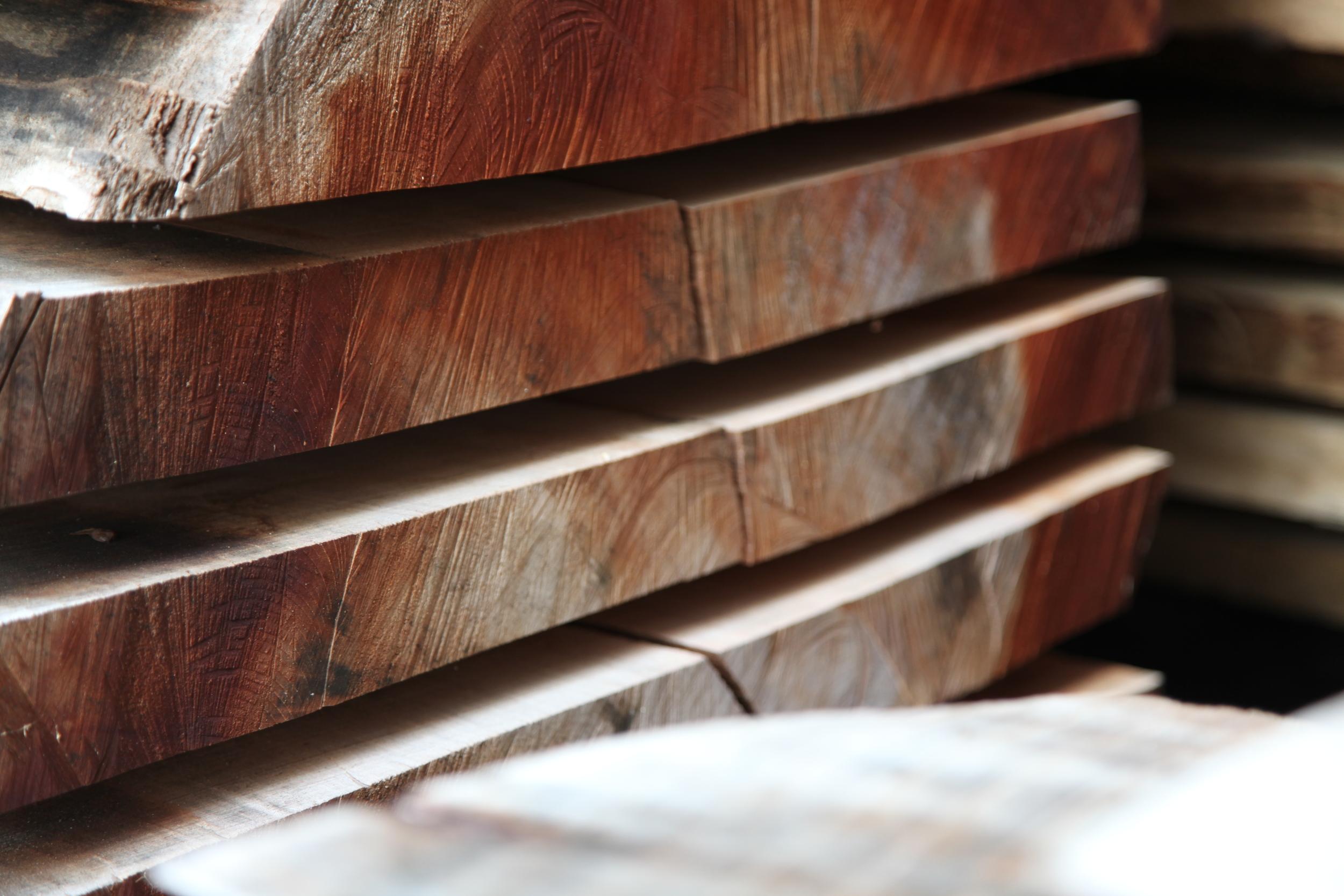 Birnbaumdielen müssen sehr schonend und langsam getrocknet werden, da sie zum Reißen und Drehen neigen