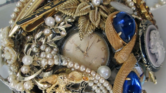 Katie's Gatsby-inspired brooch bouquet was full of sentimental jewellery from her grandparents