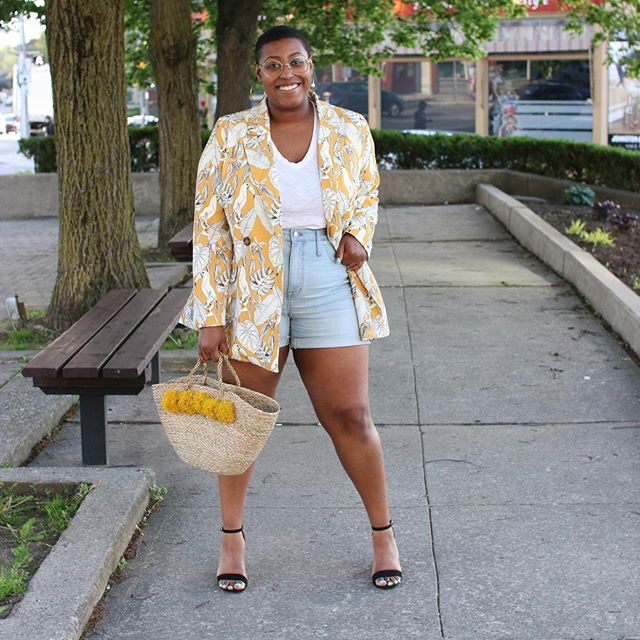 The weather in Stratford was absolutely perfect this weekend. I was able to rock these @madewell high-rise denim shorts in the daytime for a more casual look and then paired them with my @eloquii printed blazer and @willsandprior bag for a dressier dinner 'fit. I'm all about versatility these days!