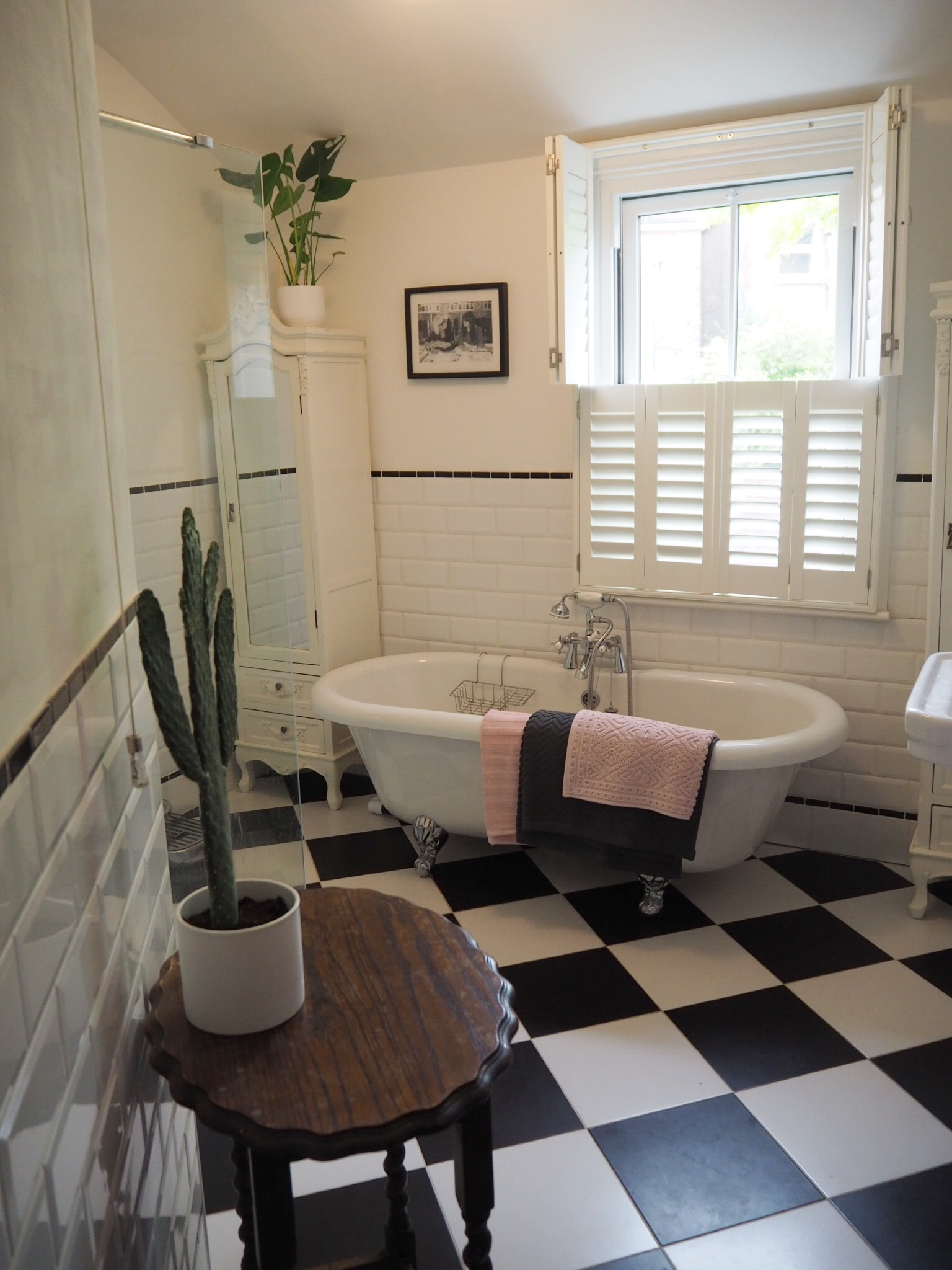 BLACK AND WHITE BATHROOM WITH BLUSH PINK AND GREY H&M TOWELS