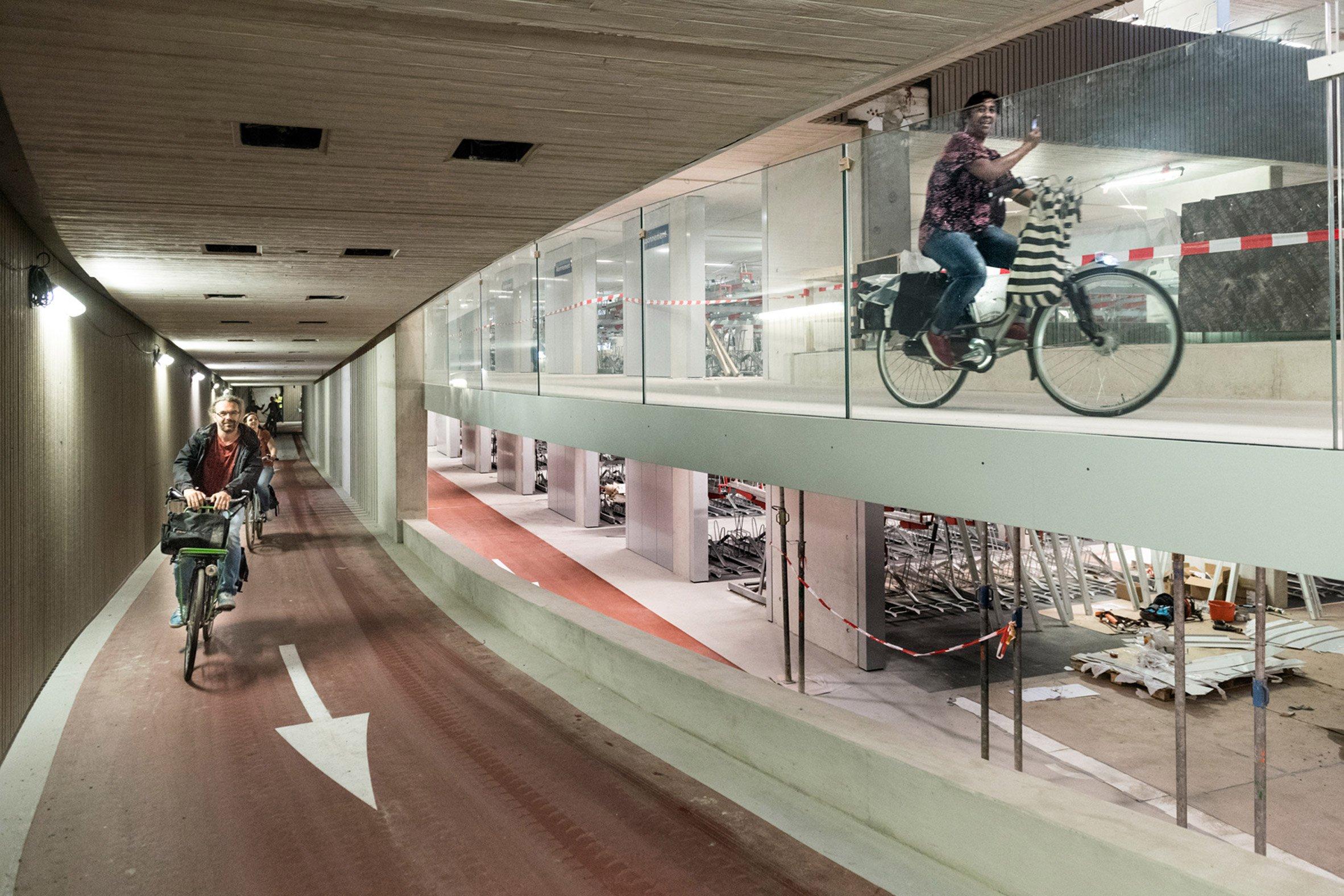 stationsplein-bicycle-parking-utrecht-architecture_dezeen_2364_col_6.jpg