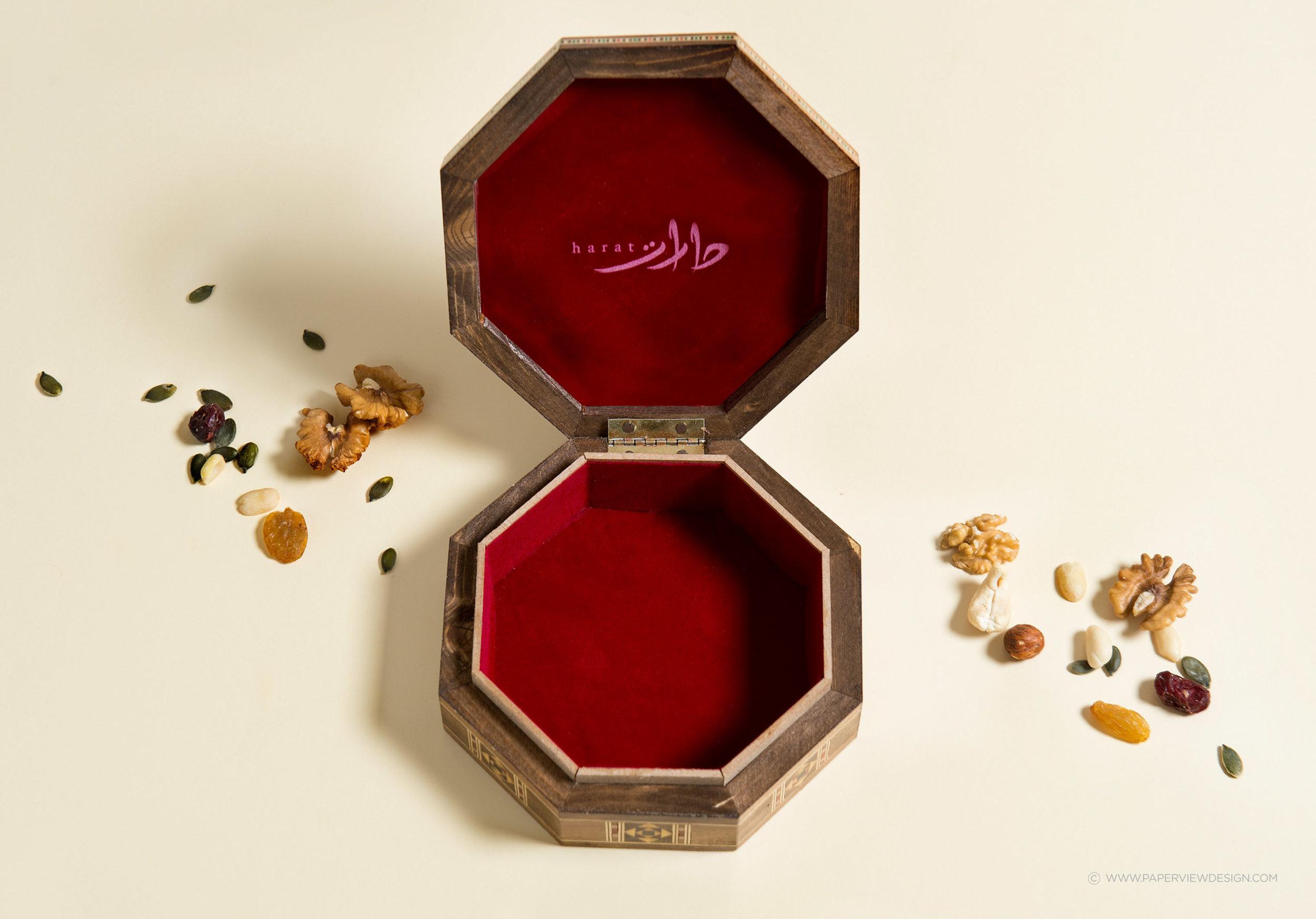 Harat_Backgammon_Billholder_Box_Logo_Arabic